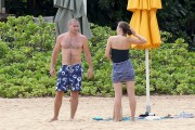 Мэгги Джилленхол, фото 762. Maggie Gyllenhaal on the beach in Oahu, Hawaii 26/07/'11, foto 762