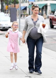 Дженнифер Гарнэр, фото 8416. Jennifer Garner and Violet out for a snack in Santa Monica, february 7, foto 8416